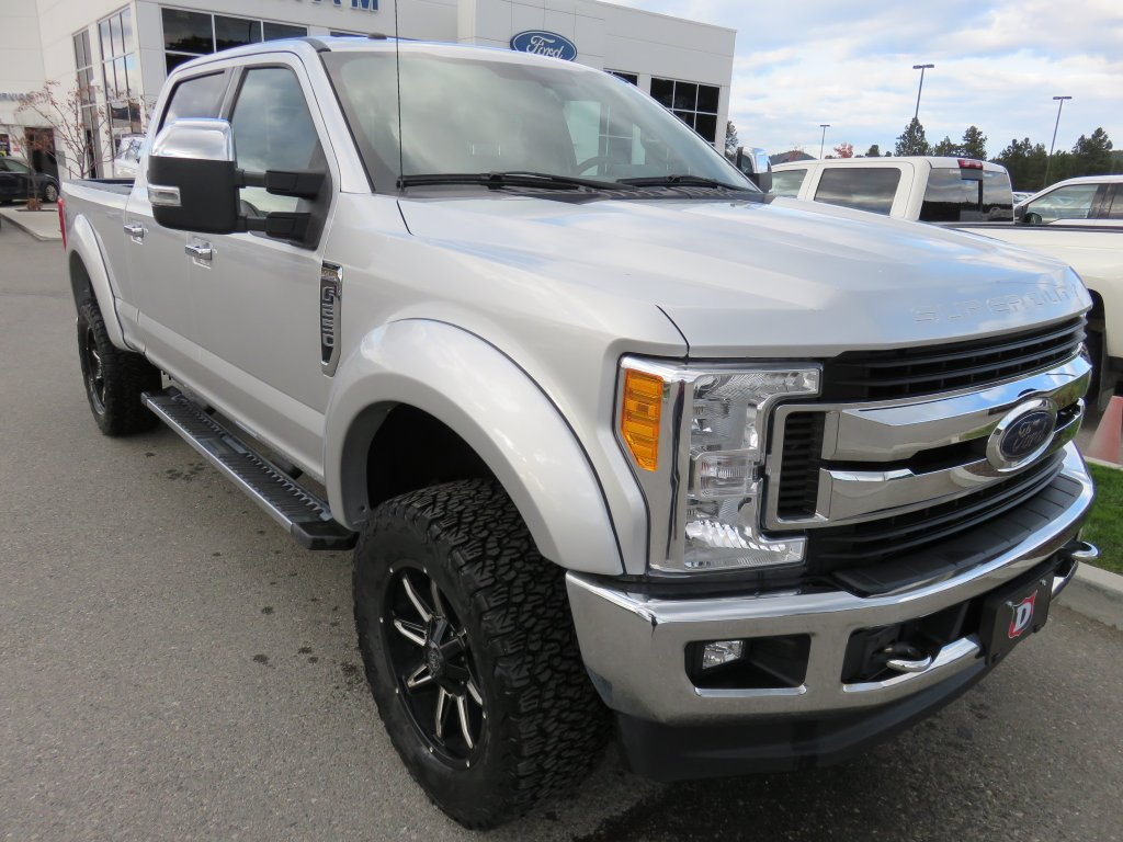 2017 Ford Super Duty F-250 SRW XLT Crewcab 4x4 w/ XLT Premium Package, Level Kit, Tires/Rim (T20396A) Main Image